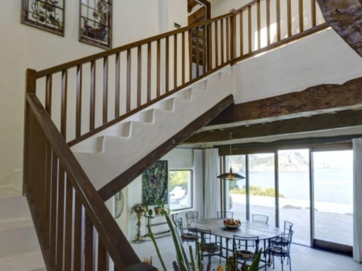 villa 52-6 bedrooms-san carlosstairs to master_630x472_Fotor